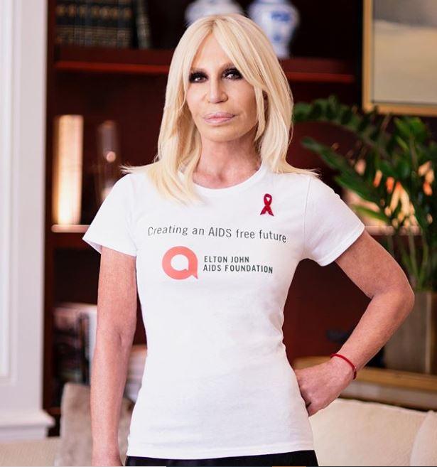 Donatella Versace siempre ha declarado estar a favor de los más vulnerables, además apoya el feminismo y a la comunidad LGTB