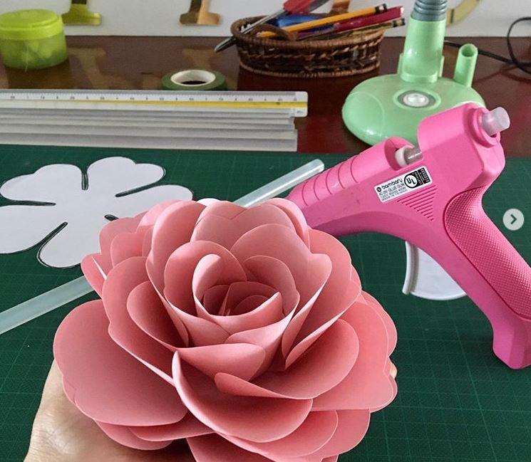Puedes hacer manualidades como flores de papel el regalo perfecto para mamá