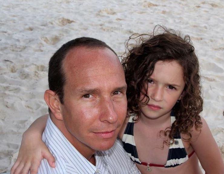 Mia con sun papá en la playa Erik Rubin