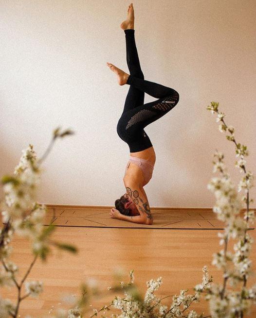 El yoga es perfecto para hacer mientras realizas la dieta del ayuno intermitente