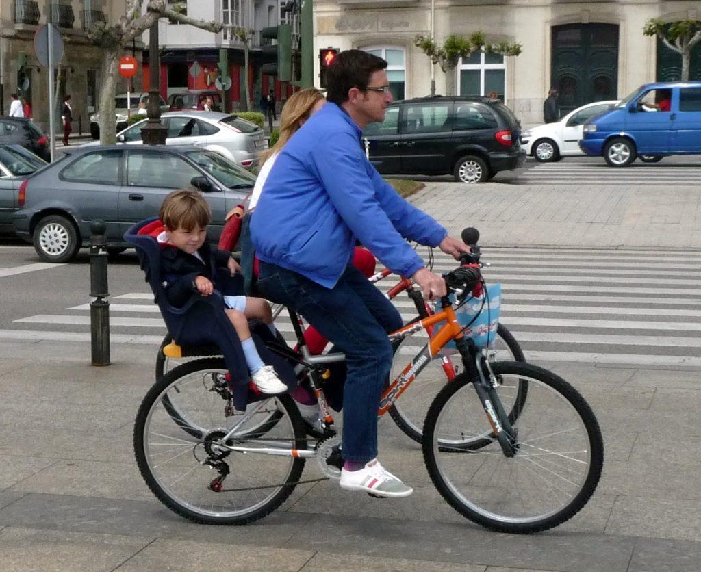 Puedes adaptar tu bicicleta con un asiento extra para un pasajero más.