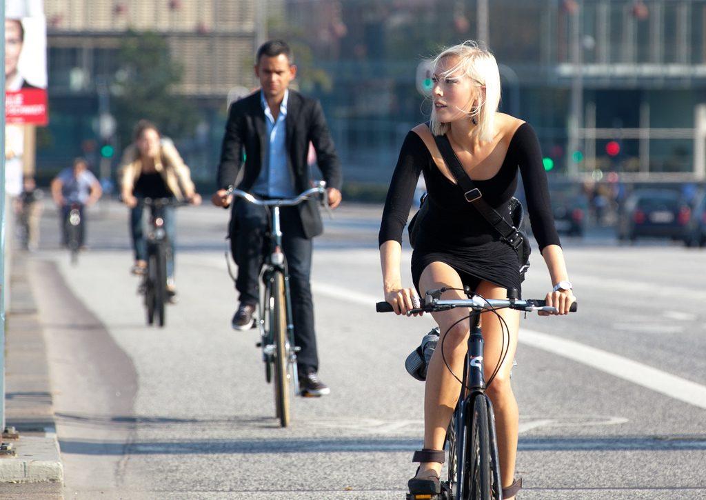 La bicicleta sin restricciones en la ciudad y modo ecofriendly