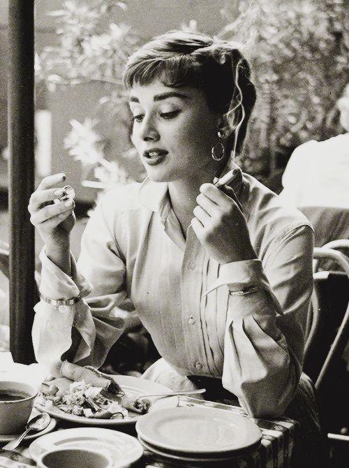 Audrey Hepburn en México comiendo tacos.