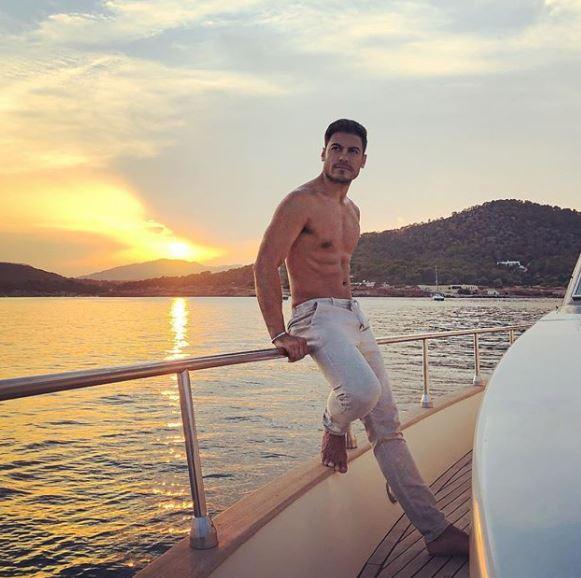 Carlos Rivera tomando el sol