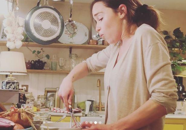 Emilia Clarke cocinando en videollamda con sus fans