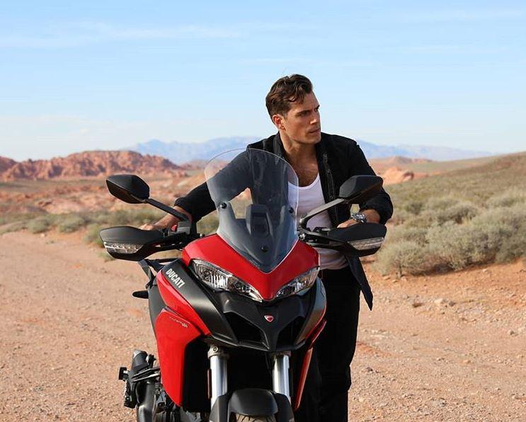 Henry Cavill ha demostrado más de una vez su amor por las motos