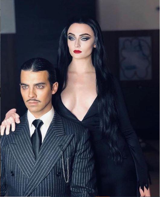 Sophie Turner y Joe Jonas disfrazados de Moticia y Homero Addams