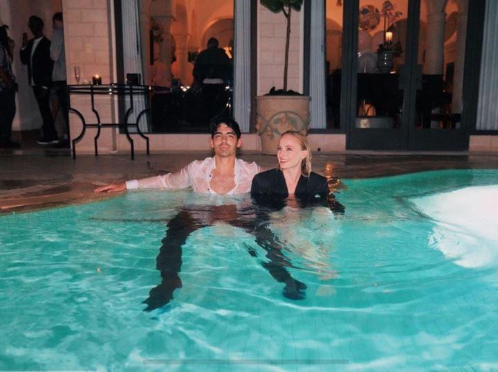 Sophie Turner y Joe Jonas en la alberca