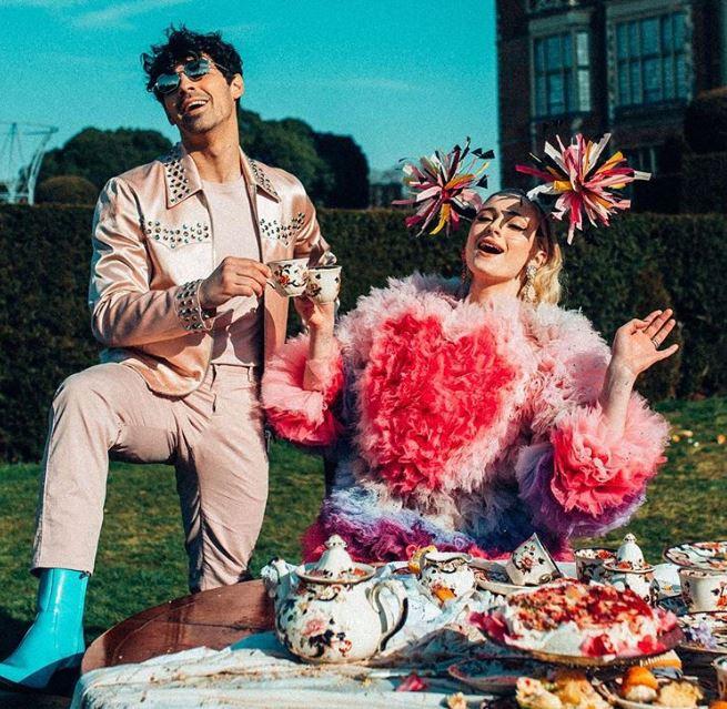 Sophie Turner y Joe Jonas posando para el video de los Jonas Brothers
