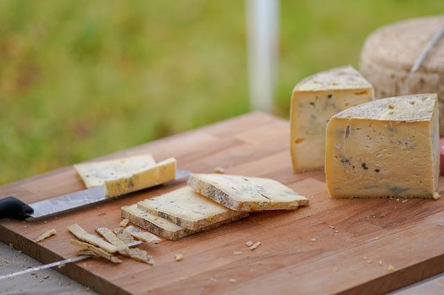 Entre los alimentos ricos en vitamina D están los quesos y lácteos