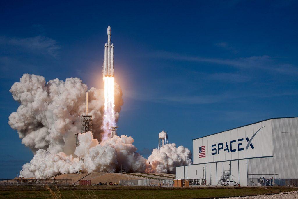 space x primera compañía privada lanzar nave tripulada espacio