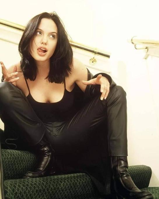 Angelina Jolie joven sensual