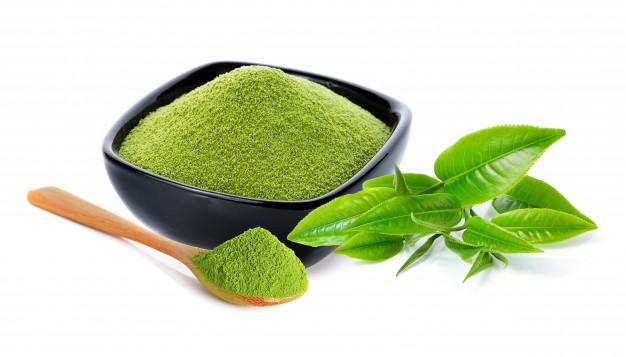 El matcha debe tener una apariencia vibrante, mientras que el té verde en apariencia debe ser más oscuro