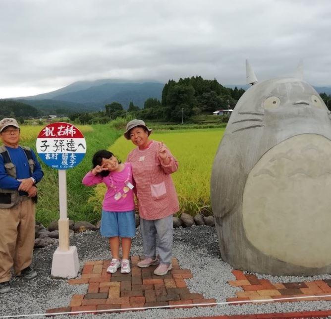 Abuelitos construyen parada de autobús en forma de Totoro