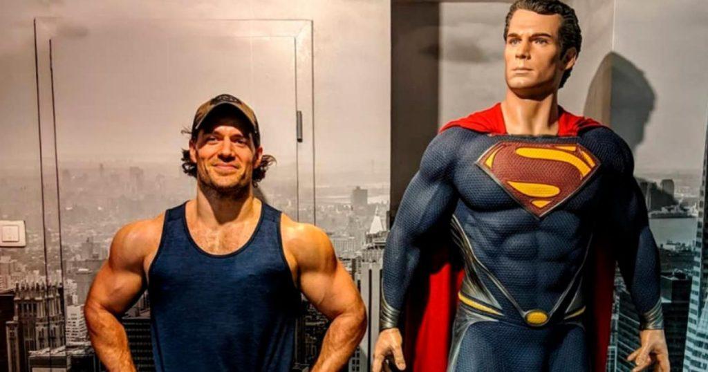 Henry-Cavill-ejercicios-brazos-de-superhéroe-Superman