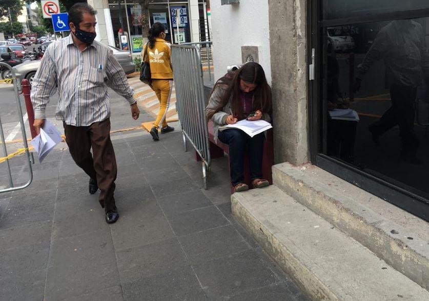 Joven toma clases en línea en la calle porque no tiene internet en su casa