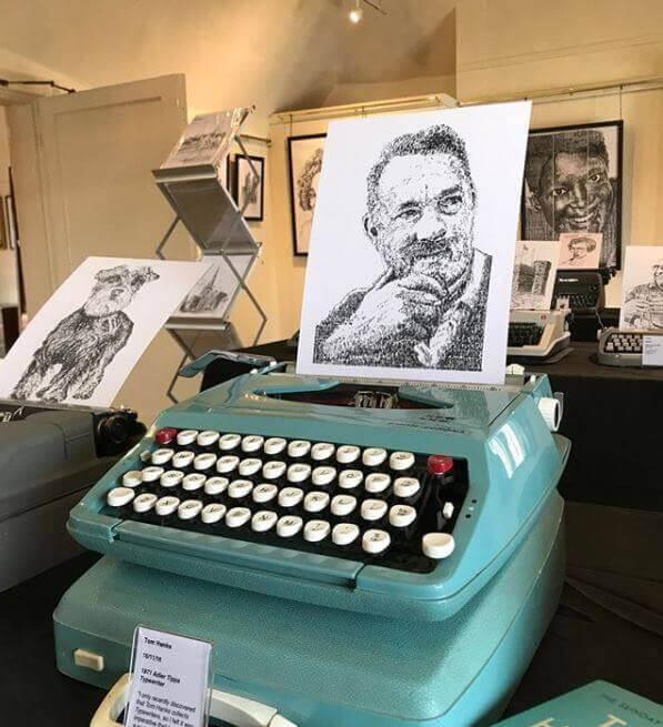 ¡Artista crea dibujos con máquina de escribir! Tom Hanks