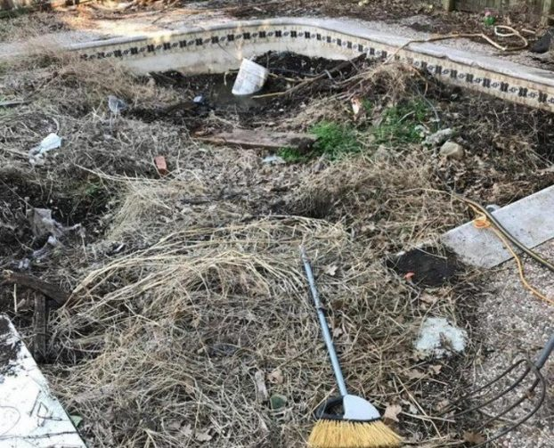 hombre compra casa ruinas descubre piscina jardín