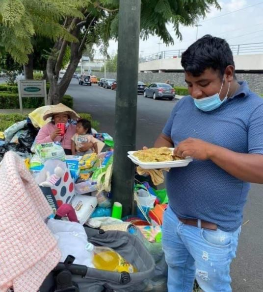 Hombre cambia sus artesanías por comida
