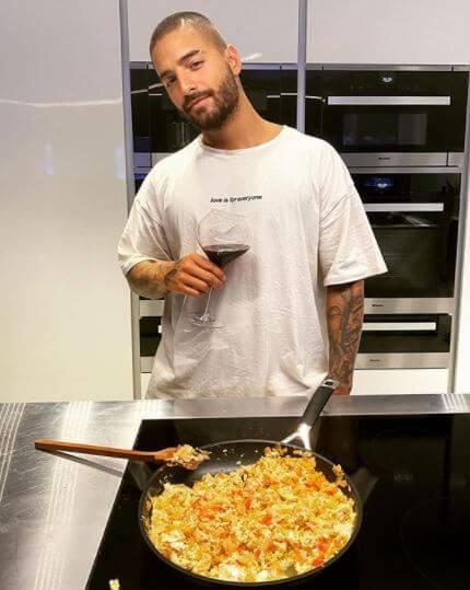 Maluma presume sus habilidades como cocinero