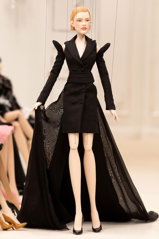 La nueva colección de Moschino sustituyó modelos por marionetas