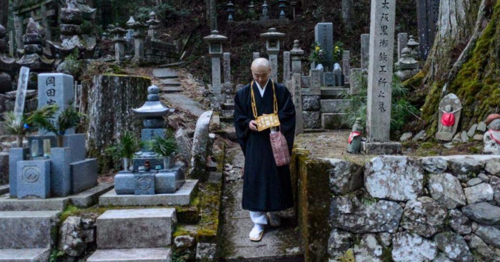 Cementerios-que-vale-la-pena-conocer-Okunoin