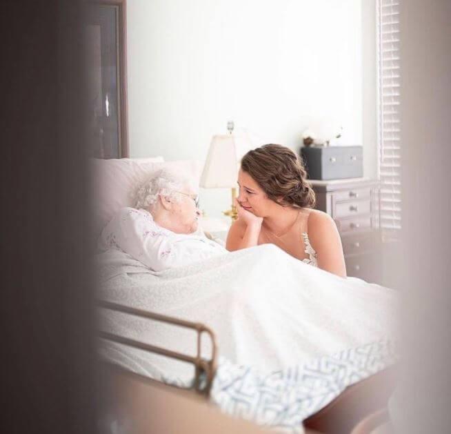 Joven se viste de novia y visita a su abuelita enferma en el hospital