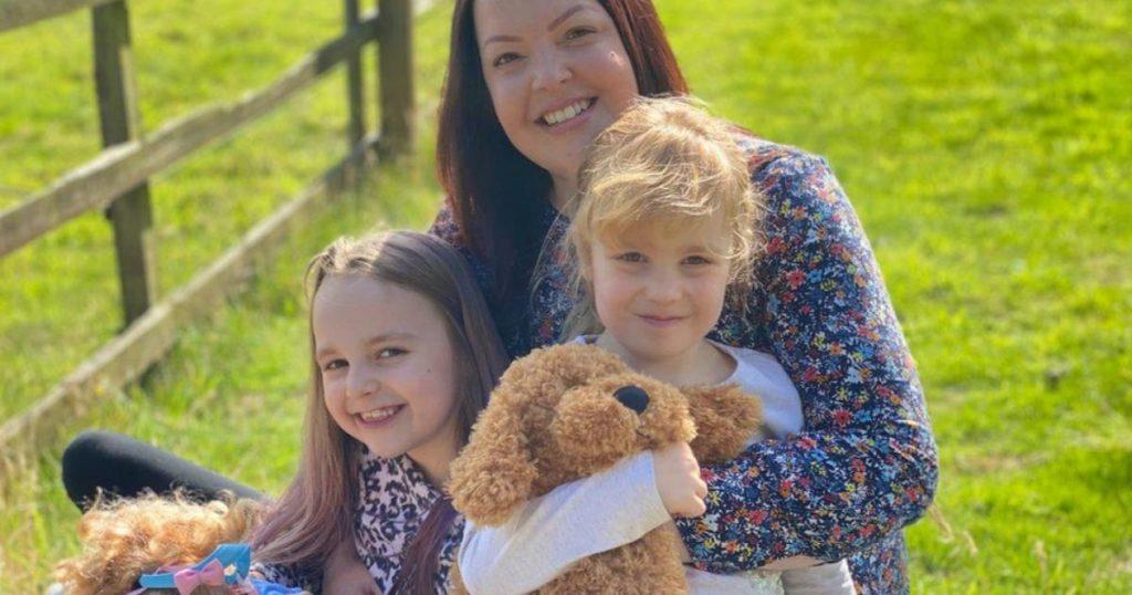 Clare-Tawell-junto-a-sus-hijas