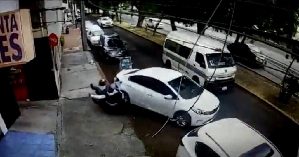 Conductor-escapa-asalto-regresa-atropellar-ladrones-3
