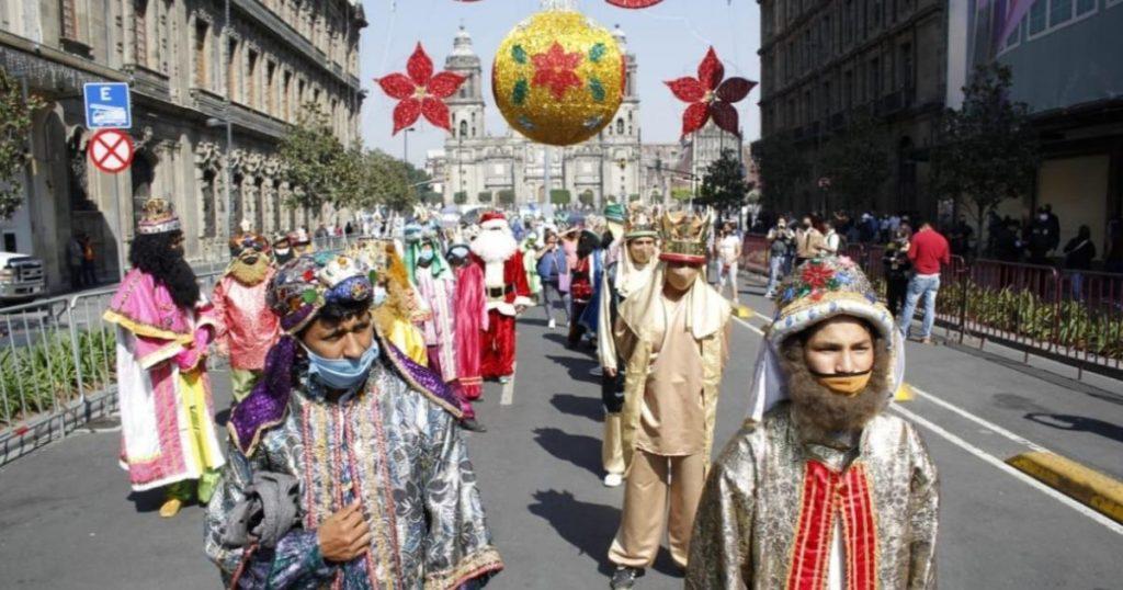 Reyes-Magos-y-Santa-Claus-protesta-Zocalo-4