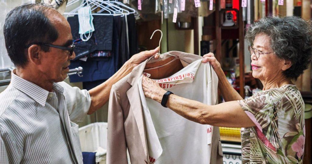 Abuelitos-posan-ropa-olvidada-lavanderia