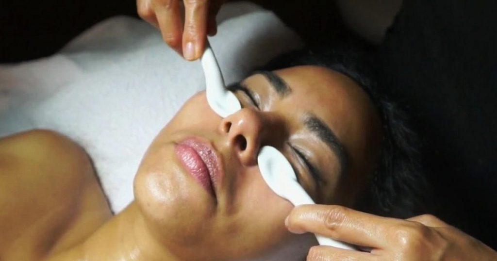 Cucharaterapia-tecnica-tratamiento-contra-hinchazon-rostro