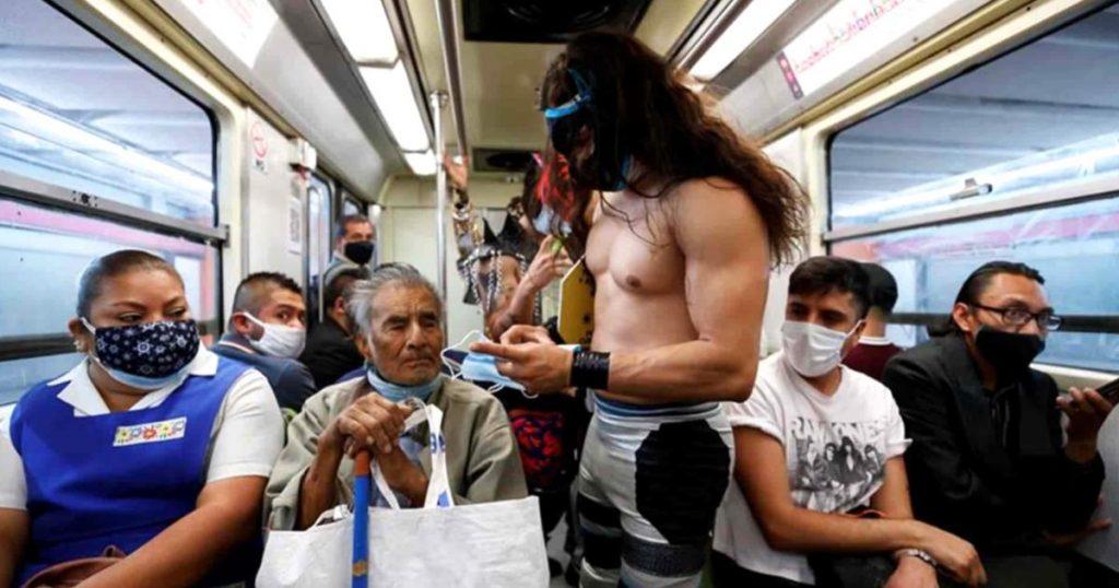 Luchadores-regalan-cubrebocasa-a-usuarios-del-Metro-CDMX-2