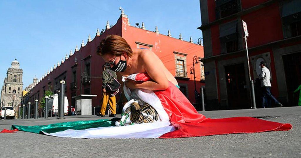 Madre-envuelta-bandera-Palacio-Nacional-exige-justicia-hijo-asesinado-2