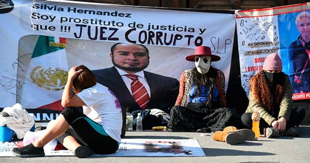 Madre-envuelta-bandera-Palacio-Nacional-exige-justicia-hijo-asesinado