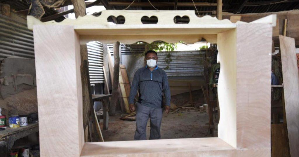 Pupitre-anti-covid-carpintero-El-Salvador-disena-espacio-seguro-hija-3