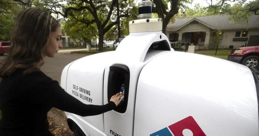 R2-nuevo-robot-repartidor-de-pizzas-Dominos-3