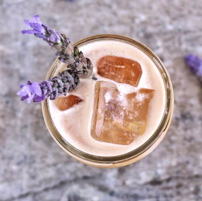latte-frio-cafe-con-lavanda-receta-casera
