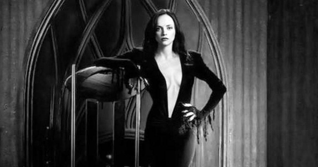 Christina-Ricci-Morticia-serie-live-action-Tim-Burton-Los-Locos-Addams-1