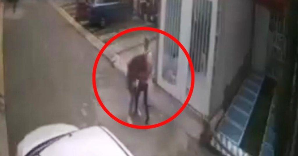 Video-Ecatepec-fraccionamiento-agresion-golpes-hombre-mujer-3
