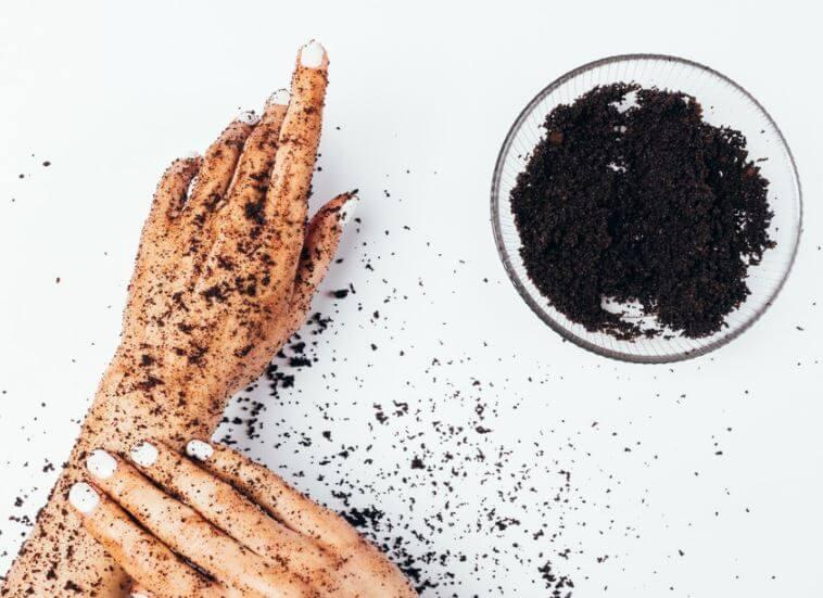 Como-aprovechar-los-posos-de-cafe-y-eliminar-malos-olores-de-las-manos
