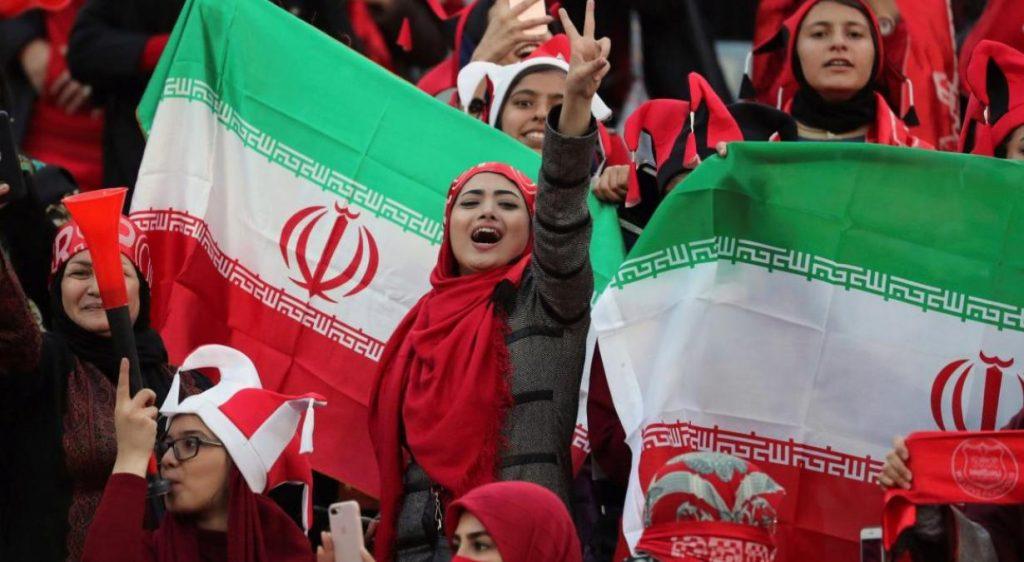 Regresan-mujeres-después-de-dos-años-a-un-estadio-de-fútbol-en-Irán